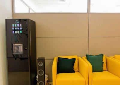 Sala de espera con máquina de café